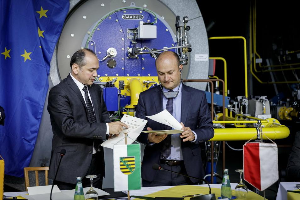 """Octavian Ursu (links) und Rafal Gronicz unterzeichneten im Sommer 2020 eine Absichtserklärung für das Projekt """"Klimaneutrale Fernwärme für die Europastadt Görlitz-Zgorzelec""""."""