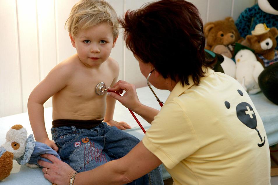 Rasselt da was in der Brust? Kinderärzte beobachten derzeit viele Kinder mit einer RS-Virusinfektion.