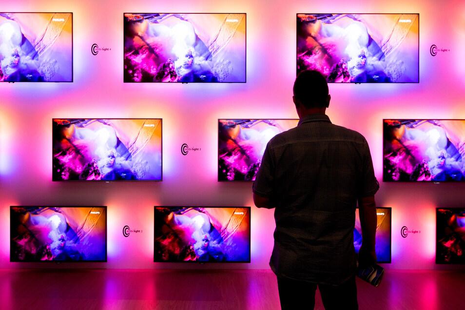 Zwar haben neue Flachbildfernseher eine gute Energiebilanz - nicht aber in großen Größen.