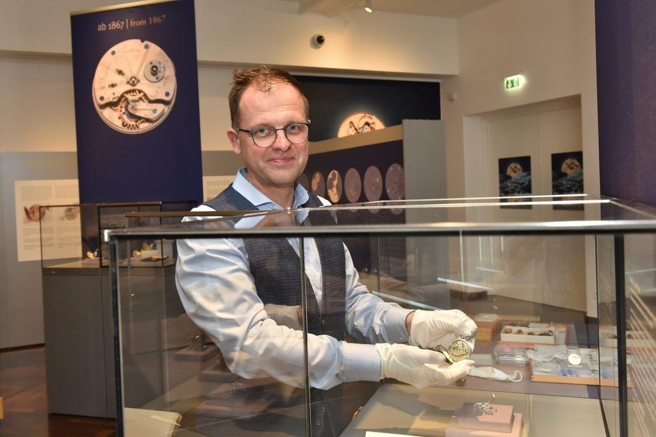Museumsleiter Ulf Molzahn zeigt das älteste Exponat der neuen Sonderausstellung, eine 1848 gebaute Taschenuhr der Firma Lange.
