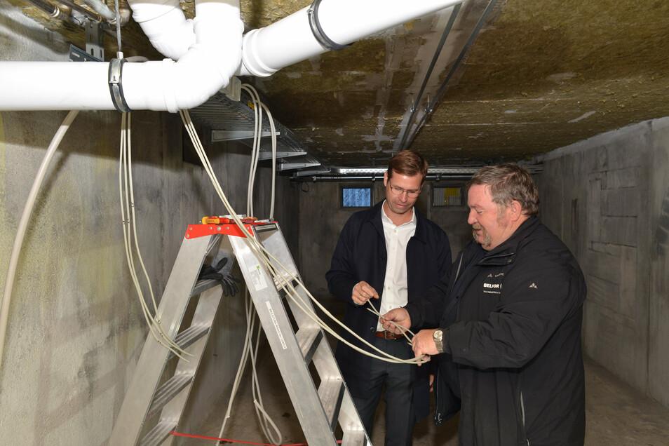 Dirk Förster-Wehle von der TAG Wohnen (links) und Roland Pohl von der Firma Belfor, zuständig für die Brandschadensanierung, stehen im Keller des Hauses Doblinaweg 4. Brandspuren sind keine mehr zu sehen.