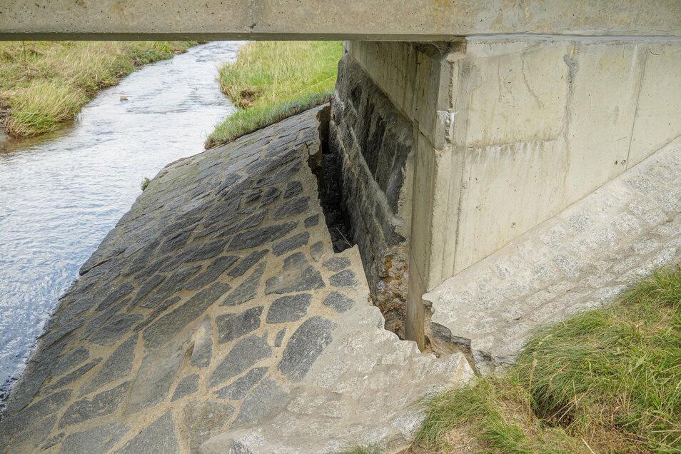 Nachdem die Wesenitz in Neukirch wieder einen normalen Pegel erreicht hat, sind die Schäden wie hier an einer Brücke am Waldweg sichtbar.