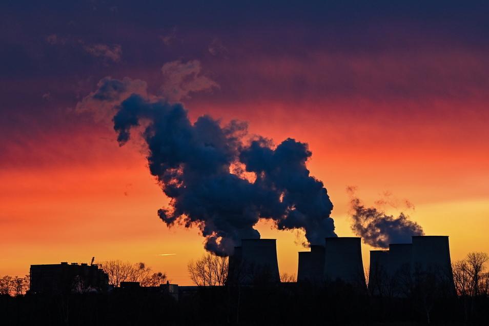 Wasserdampf steigt am Morgen aus den Kühltürmen des Braunkohlekraftwerkes Jänschwalde der Lausitzer Energie Bergbau AG (LEAG).