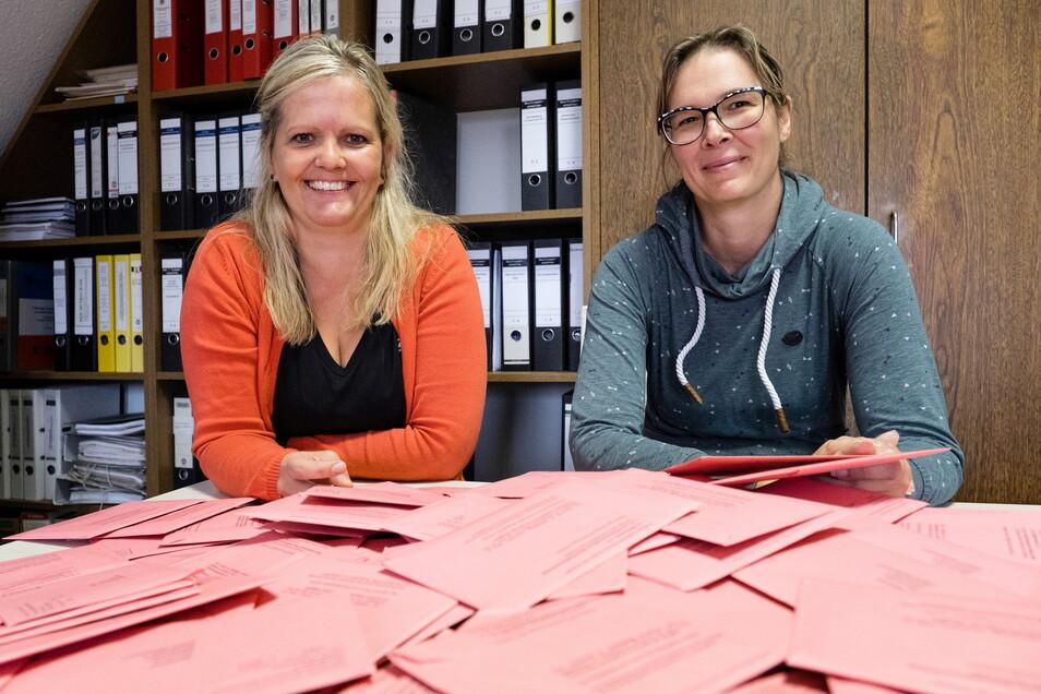 Anne Strehle (links), Wahlvorstand der Gemeinde Markersdorf, und Mitarbeiterin Cornelia Vogt mit verschlossenen Wahlzetteln der Briefwähler, die bislang eingingen.