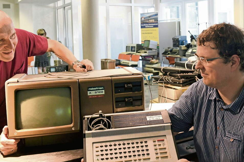 Gerhard Walter (links), ehemals Berufsschullehrer in Boxberg, knüpfte die Kontakte zum ZCOM in Hoyerswerda. Er und Karsten Reichert wissen, was Kleincomputer (1987) und Bürocomputer (1983) zu DDR-Zeiten draufhatten – und was heute alles selbstverständ