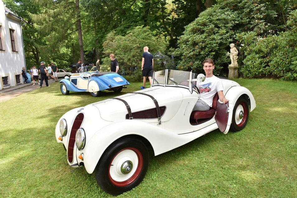 Dominik Schomer sitzt in einem BMW-Prototypen von 1936.