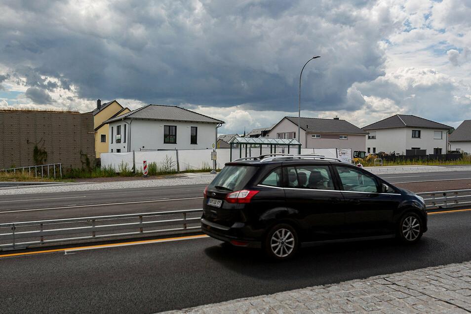 Links ist noch der Rest der Lärmschutzwand an der B170 zu sehen. Die Häuser rechts sind seit Monaten ohne Schallschutz.