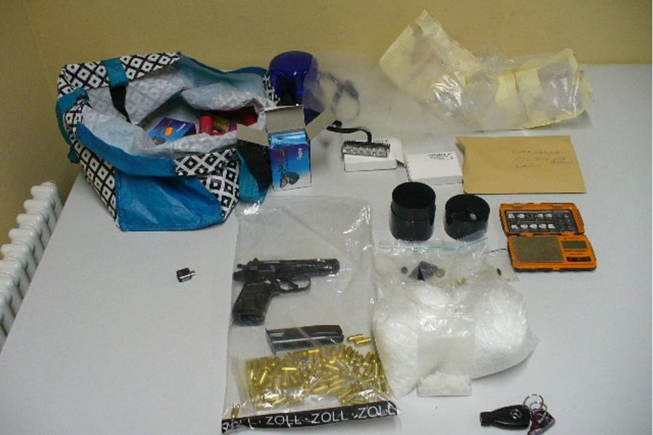 Unter anderem haben die Beamten eine Schusswaffe, Crystal und verbotene Pyrotechnik gefunden.