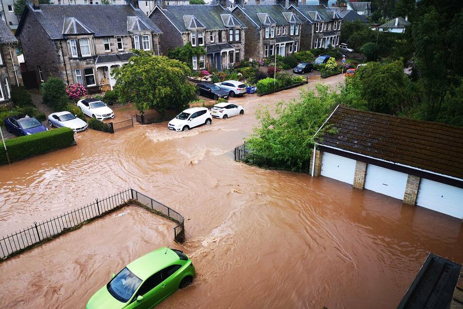 Eine Straße in einem Wohngebiet in der Stadt Perth ist in Folge von Unwettern überschwemmt.