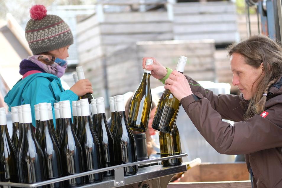 Mandy Hohlfeld entnimmt die vollen Weinflaschen.