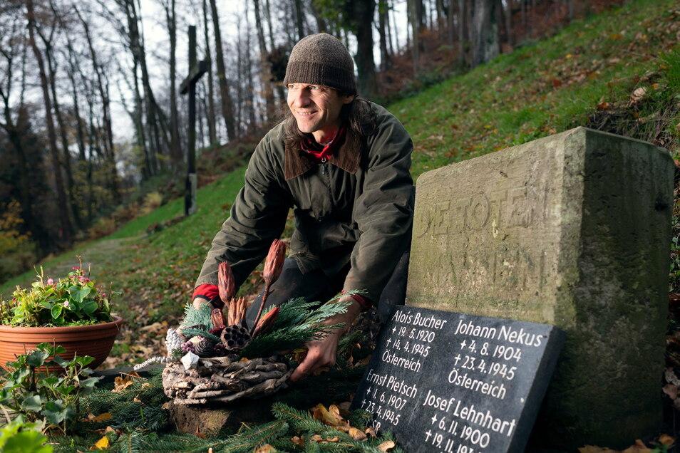 """""""Die Toten mahnen"""": Friedhofsmitarbeiter Matthias Maune an der erneuerten Kriegsgräberstätte auf dem Friedhof Bad Schandau."""