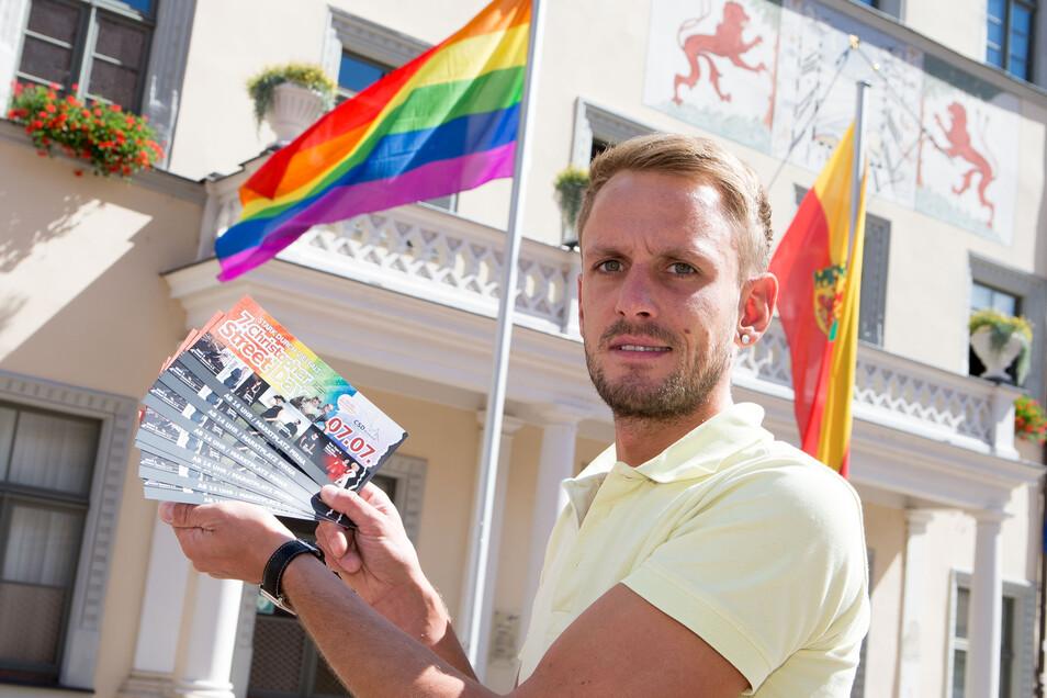 Christian Hesse steht vor dem Rathaus, das 2018 die Regenbogenflagge anlässlich des Christopher Street Days hisste.