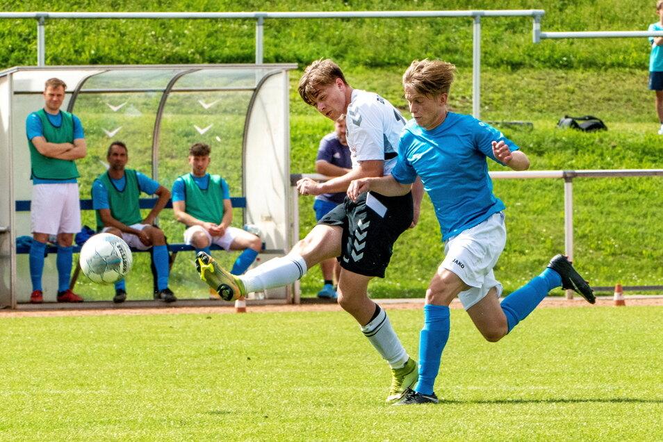 Das hat Kraft gekostet: Der Döbelner SC (helles Trikot) absolvierte gegen den Leipziger SV Südwest am Sonnabend innerhalb von 20 Stunden das zweite Spiel.