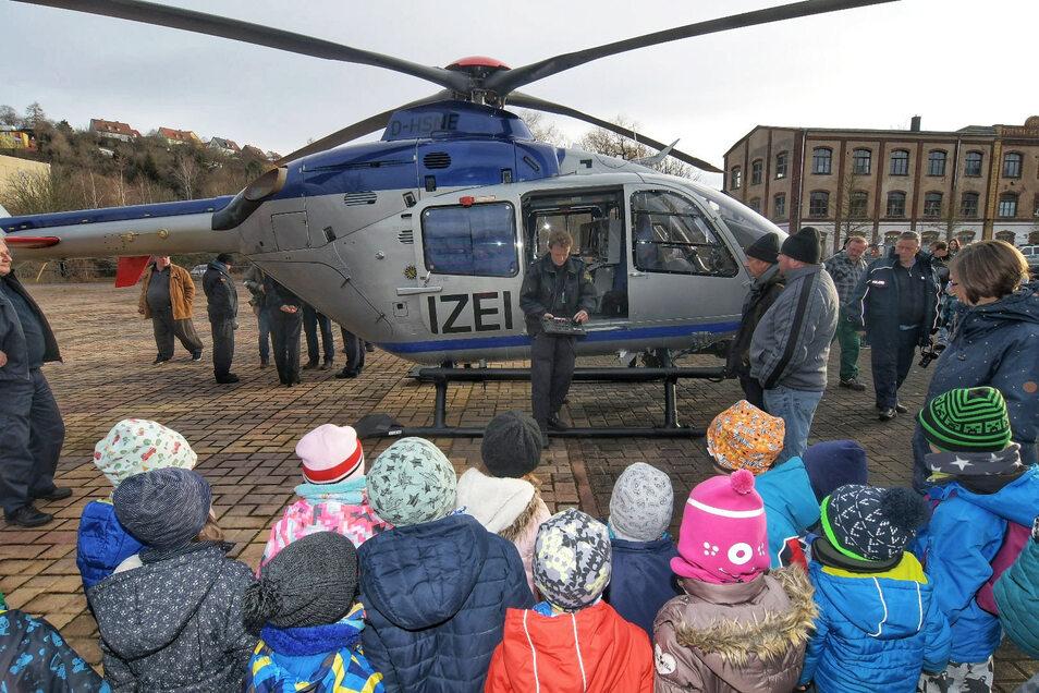 Neugierige Zuschauer bei der Landung des Polizeihubschraubers in Roßwein.