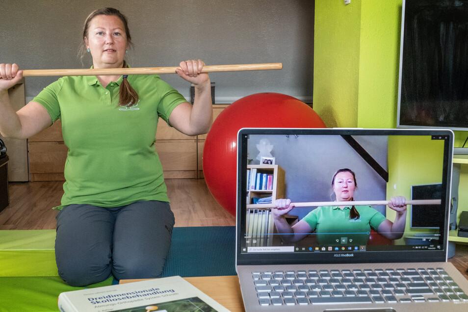 Per Video-Chat aus dem heimischen Wohnzimmer bietet Physiotherapeutin Kristin Wätzig Krankengymnastik an. Die ist speziell für Kinder und Jugendliche mit Haltungsschäden gedacht.