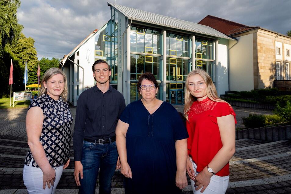 Klara Ermisch (rechts) und andere Gymnasiasten haben kräftig die Werbetrommel gerührt. Unterstützt wurden sie dabei auch vom Gewerbeverein Gemeinsam für Neustadt und dessen Chefin Kathrin Vogel. (2.v.r.)