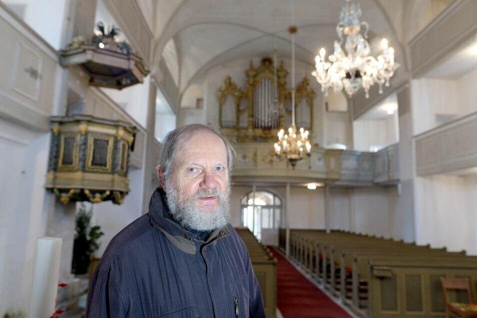 Gerd Möbius ist besorgt über die vielen Risse in der Bertsdorfer Kirche.