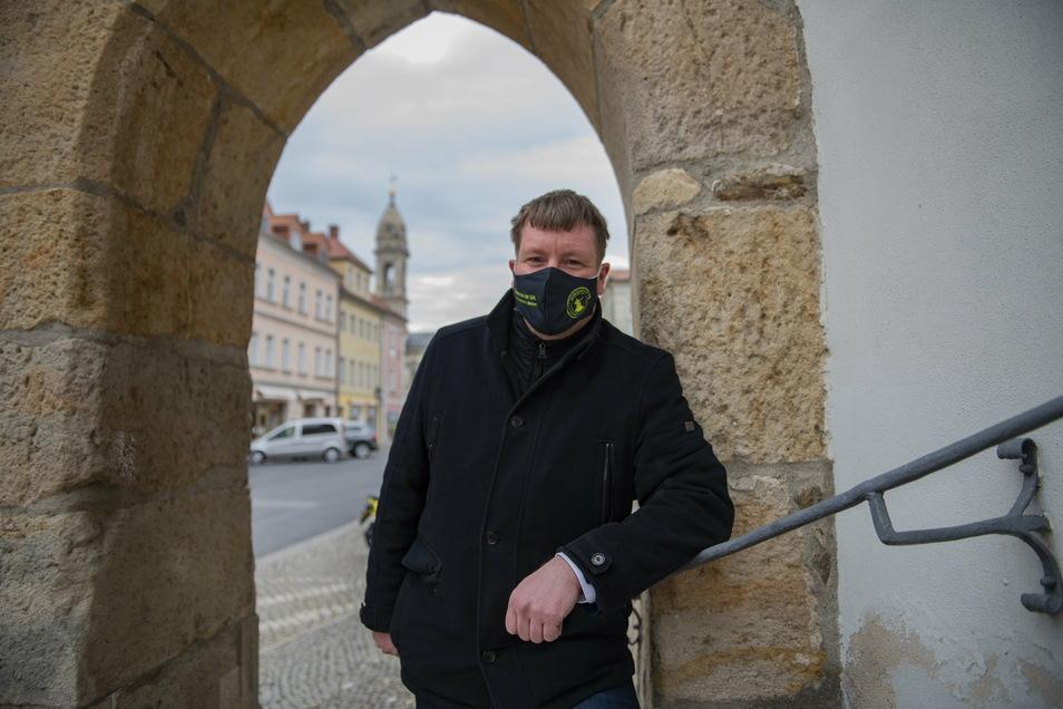 Oberbürgermeister Sven Mißbach steht zu Großenhain und zur Maske. Gerade in diesen angespannten Tagen bittet er die Röderstädter, es ihm auch gleich zu tun.