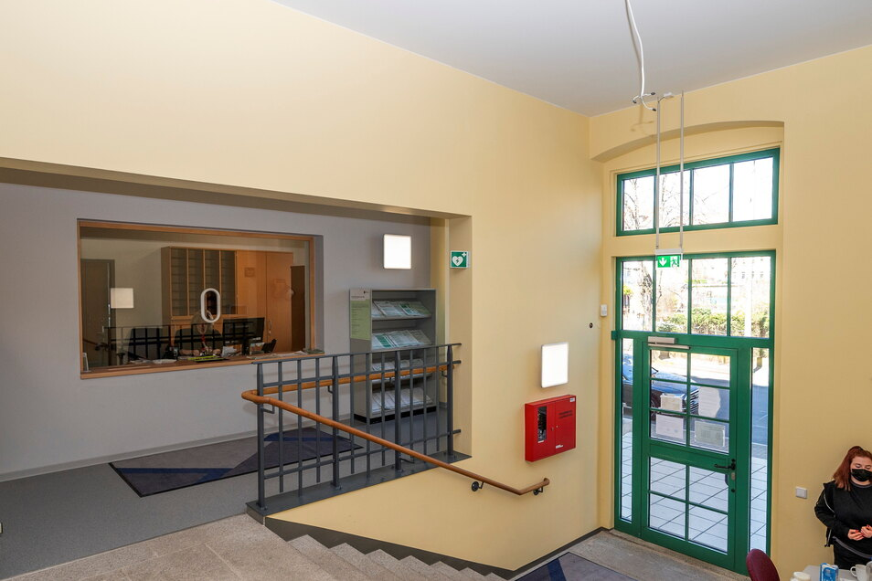Umgebaut: Der Eingangsbereich an der Vorderseite ist nicht wiederzuerkennen. Vorher war dort ein Glaskasten eingebaut.