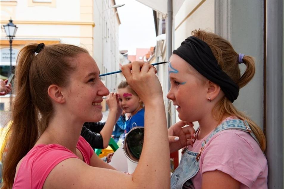 Lea Dörschel ist zurzeit Praktikantin im Kinder- und Familienservice Großenhain und übte sich fleißig beim Kinderschminken – hier bei Shania. Ab August geht die 18-Jährige als Aupair-Mädchen nach Island.