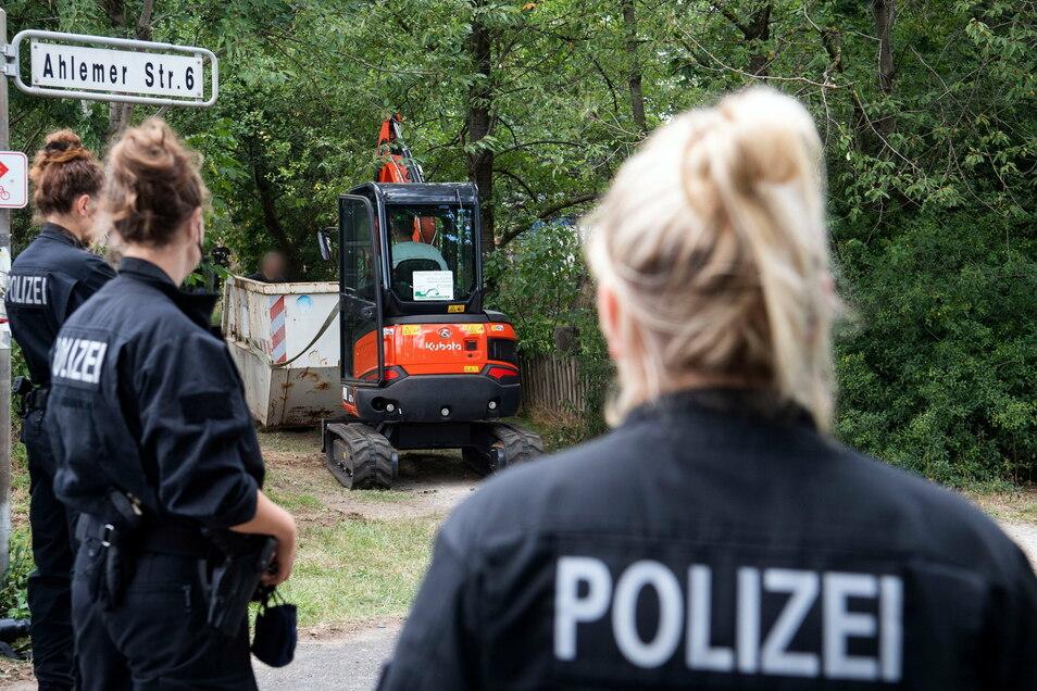 Ein Bagger zieht einen Container zum Abtransport nach Grabungen in einer Kleingartenanlage in der Region Hannover. Im Fall der vor mehr als 13 Jahren verschwundenen Maddie ist nach Aussage der Ermittler noch völlig offen, ob es 2021 eine Anklage gegen de