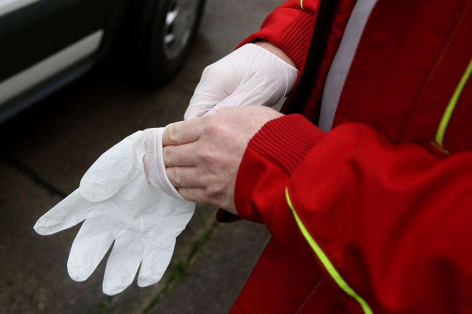 Nico Michael zieht sich die Schutzhandschuhe an. Ohne die geht dieser Tage nichts.