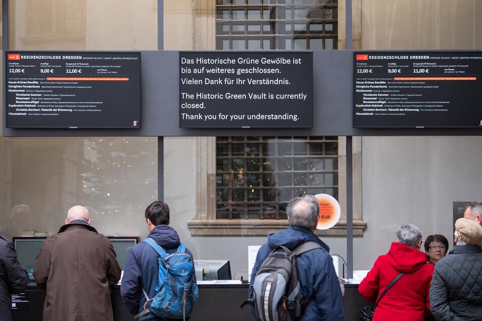 """Auf einer Anzeigetafel im Residenzschloss steht """"Das Historische Grüne Gewölbe bleibt bis auf weiteres geschlossen""""."""
