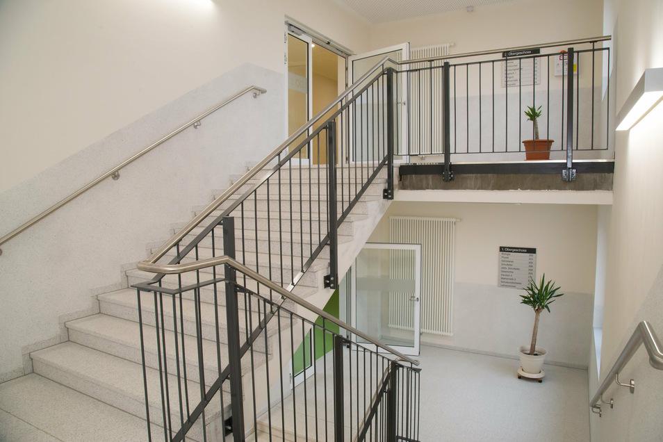 Ohne einen breiteren Treppenaufgang hätte es den Anbau nicht gegeben. Das bisherige Treppenhaus in der Schule ist zu schmal geworden, wenn sich die Klassen begegnen. Das wurde besonders in der Corona-Zeit deutlich.