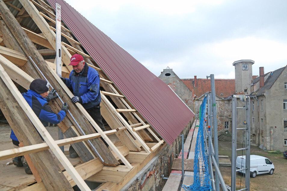 Es geht voran auf Schloss Promnitz. Der Thielau-Flügel erhält ein provisorisches Blechdach.