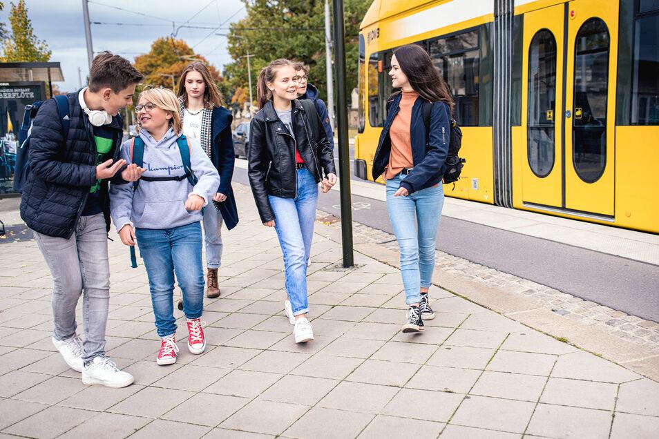 Ab jetzt selbstbestimmter unterwegs: Ab 1. August wird Bus- und Bahnfahren für Schüler deutlich günstiger. Das Bildungsticket macht's möglich.