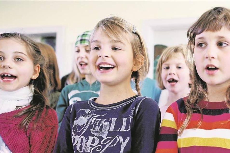 """Ihr Lachen ist ansteckend. Die Burkauer Chorkinder der Grundschule freuen sich riesig auf ihren Auftritt mit Frank Schöbel. Das Lied """"Komm, wir malen eine Tanne"""" müssen sie bis dahin auswendig können. Das aber dürfte kein Problem sein: Jedes ihrer Lieder"""