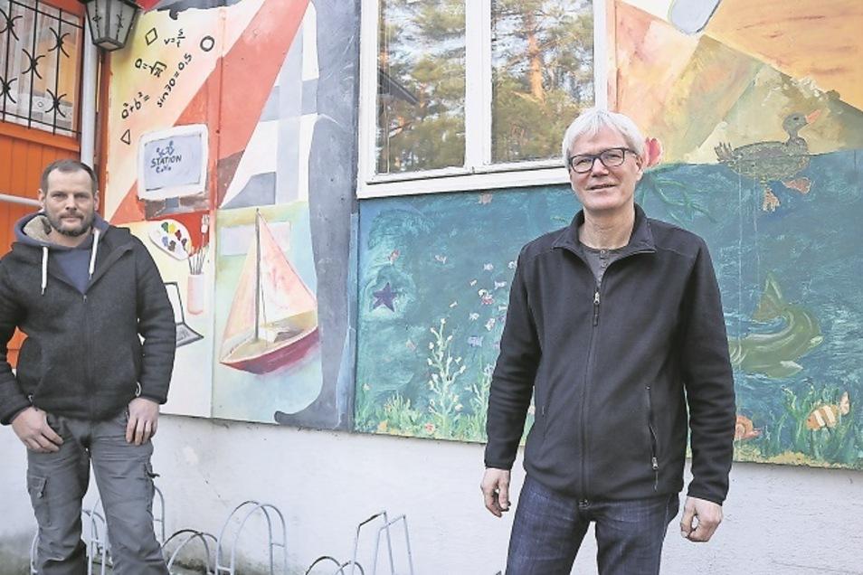 Bernd Frommelt (rechts), der Leiter der Station Junger Naturforscher und Techniker in Weißwasser, und Mitarbeiter Karsten Proft wünschen sich wieder mehr Kinder.