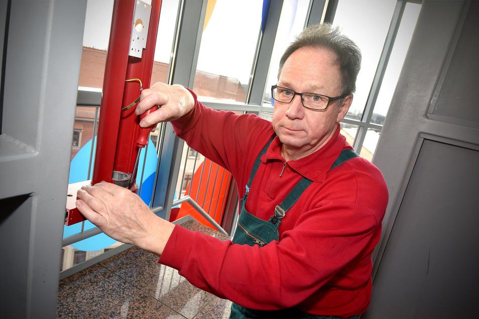 Hausmeister Gunnar Zachmann repariert eine Lampe im Glasturm, die von den Jugendlichen beschädigt wurde.