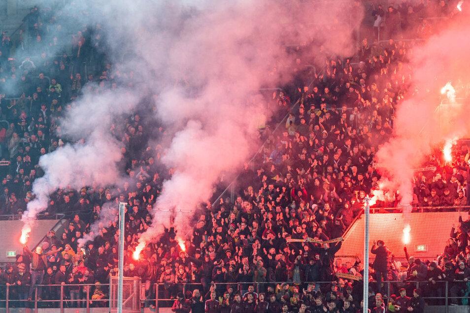 Diese bengalischen Feuer beim Training am vergangenen Montag dürften straffrei bleiben, die vom Spiel gegen Karlsruhe nicht.