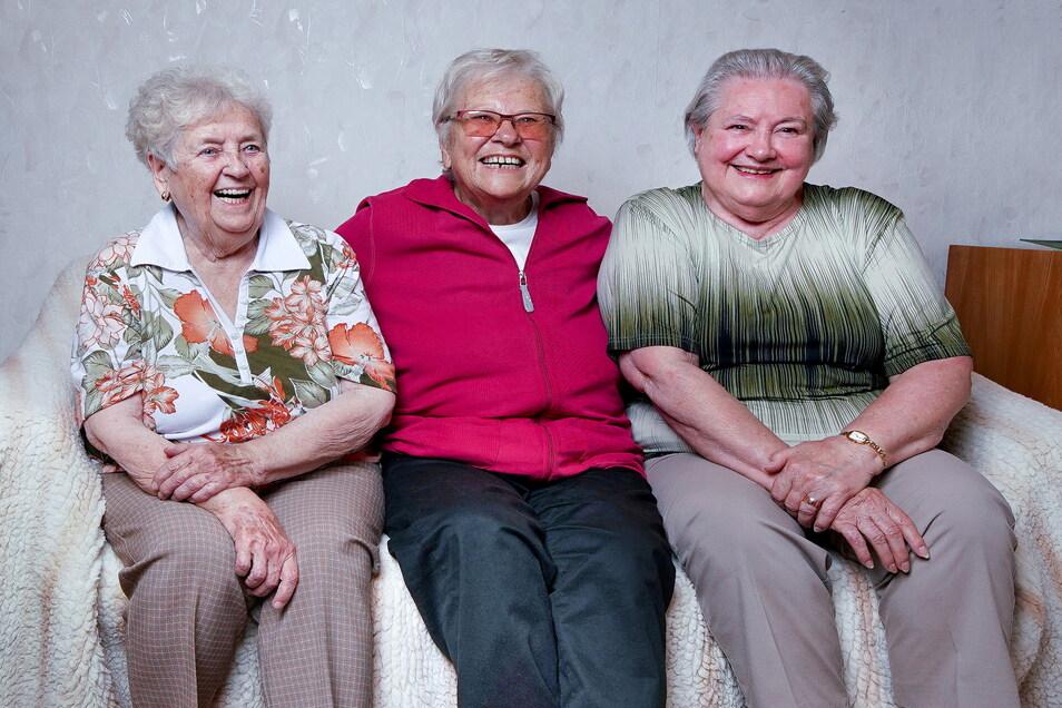 Senta Vatterodt, Irene Hermann und Hannelore Kühn (v.l.) erzählen lebhaft von all den Begebenheiten ihrer Freundschaft und den Erinnerungen ihres Arbeitslebens, das sie verbindet.
