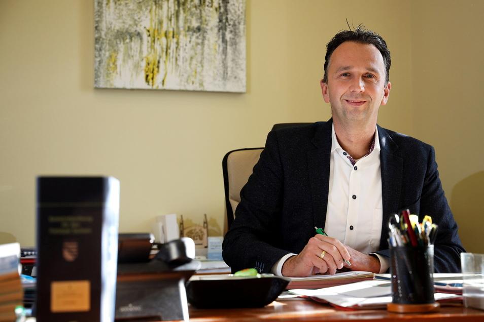 Riesas Oberbürgermeister Marco Müller (CDU) Ende 2020 in seinem Büro. In einem Schreiben kritisiert er das jüngst beschlossene Infektionsschutzgesetz.