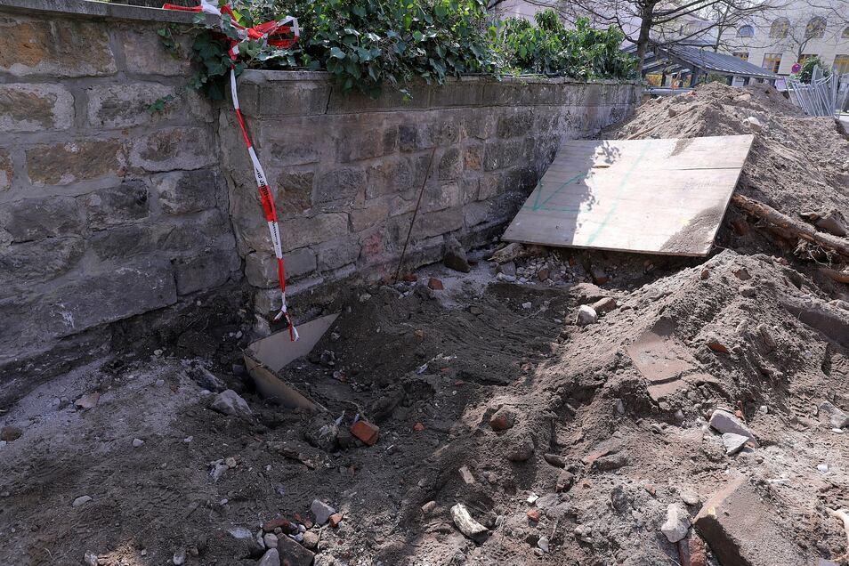 Hier lag die gefährliche Granate. Nur ein Loch zeugt noch von der Sprengung.