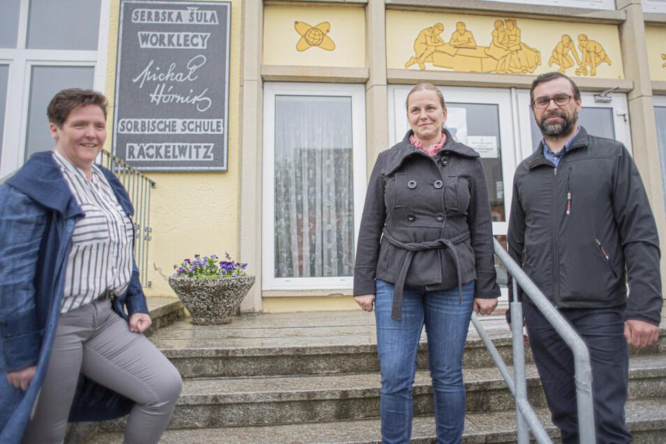 Měrkas Eltern Isabella und Tobias Bulank (r.) wünschen ihrer Tochter ein normales Leben. Dazu gehört der Besuch der Regelschule. In Räckelwitz treffen sie auf offene Ohren. Auch die Vorsitzende des Schulfördervereins, Antje Bobke (l.), engagiert sich mit