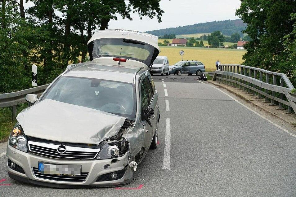 Durch den Unfall ist beim Opel das Vorderrad herausgerissen.