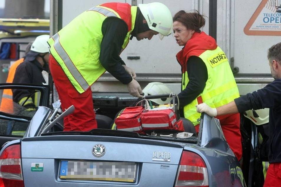 Die beiden wurden bei dem Unfall so stark verletzt, dass sie noch an der Unfallstelle starben.