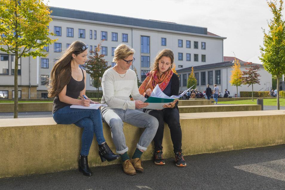 Studierende auf dem Campus der ehs in der Dresdner Johannstadt. Foto: Baldauf & Baldauf