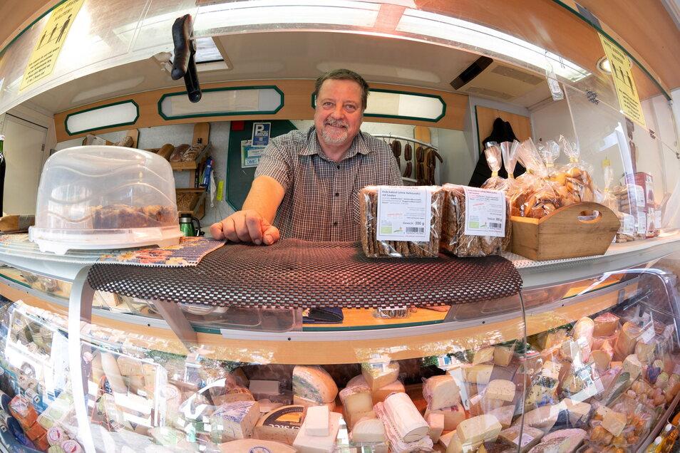 Holger Tintner ist einer der alten Hasen auf dem Wochenmarkt. Inzwischen kennt er die Essgewohnheiten seiner Kundschaft und ein Stück Käse zum Probieren gibt es bei ihm immer.