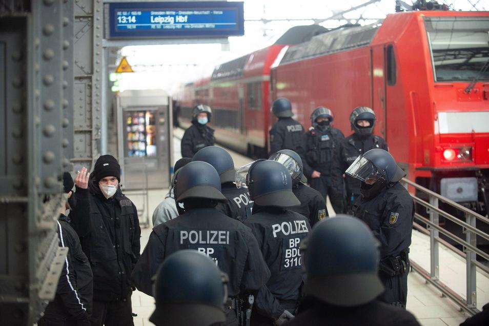 "Bereits am Hauptbahnhof wurden ""Querdenken""-Teilnehmer wegen des Demo-Verbots abgefangen."