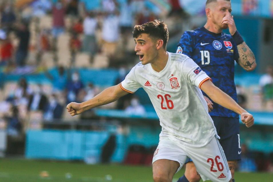 Der Spanier Pedri (l.) jubelt nach dem Treffer zum 1:0 für seine Mannschaft. Es war ein Eigentor vom slowakische Torhüter Martin Dubravka.