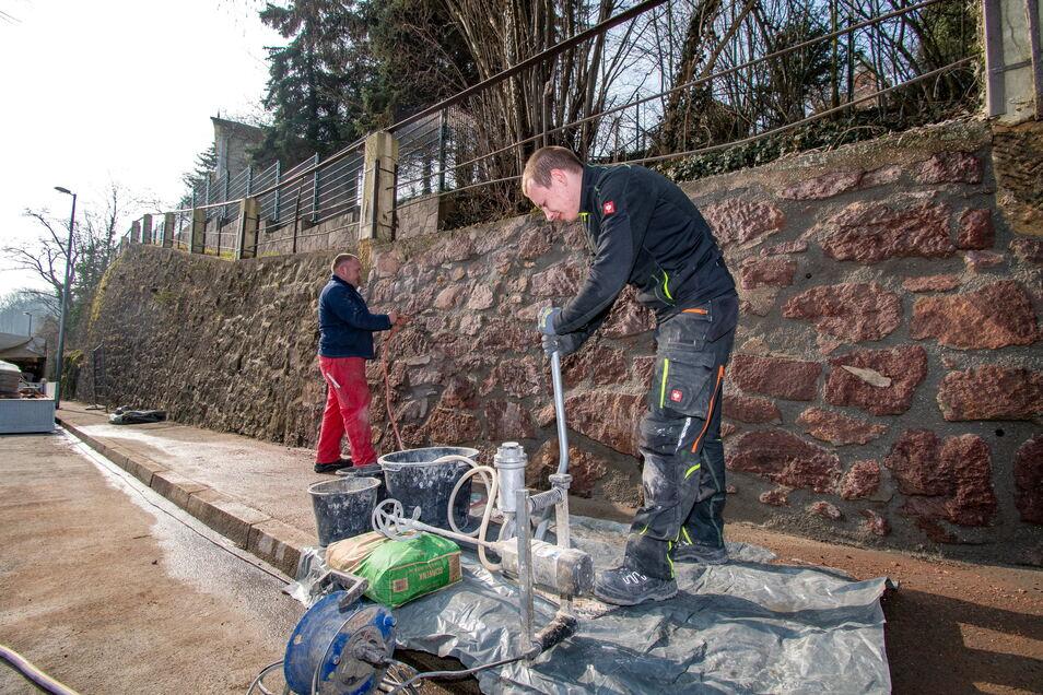 Robert Schau (links) und Daniel Brosek von der Firma Brücken- und Spezialbau Meißner GmbH haben an der Leisniger Bergstraße ein Stück marode Stützmauer stabilisiert.