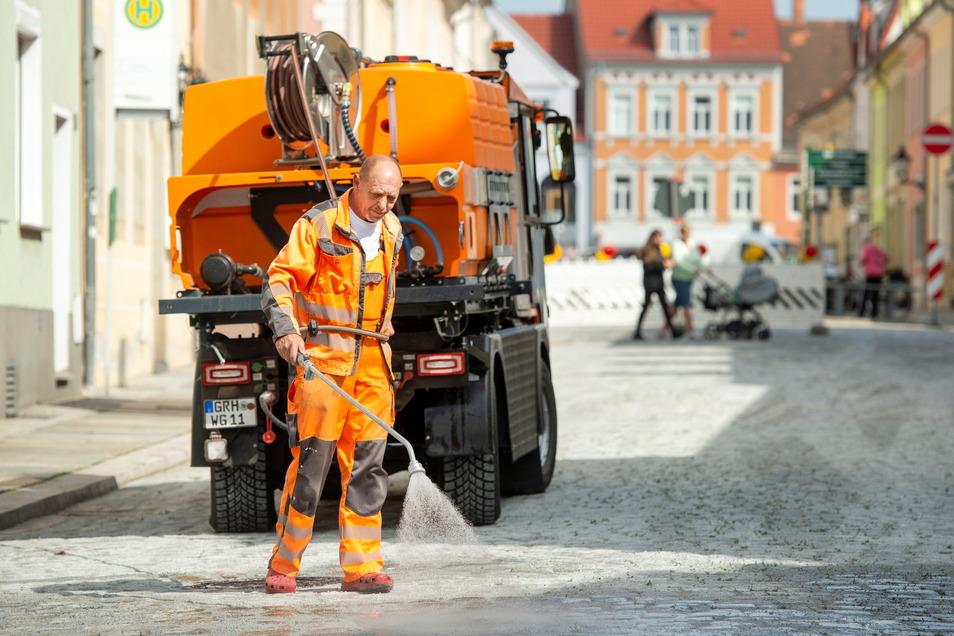 """Seit Mittwoch sind Mitarbeiter des Stadtbauhofes mit der """"Fugensanierung"""" des Straßenpflasters auf der Dresdner Straße Richtung Stadtzentrum beschäftigt."""