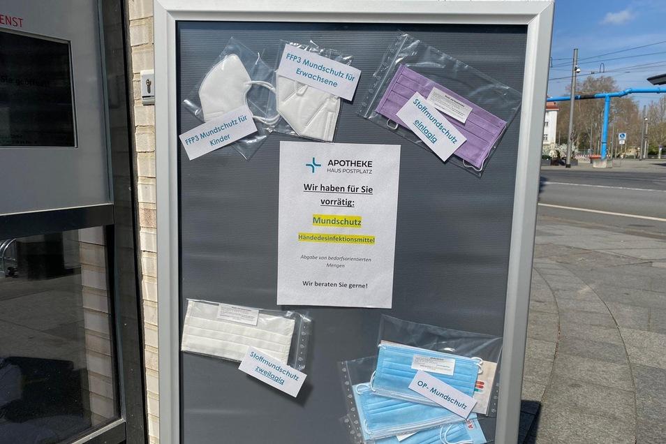 Die Apotheke am Postplatz warb am Freitag bereits mit Mundschutz jeder Art. Da hatte der Ministerpräsident noch gar nicht verkündet, dass die Pflicht kommt.