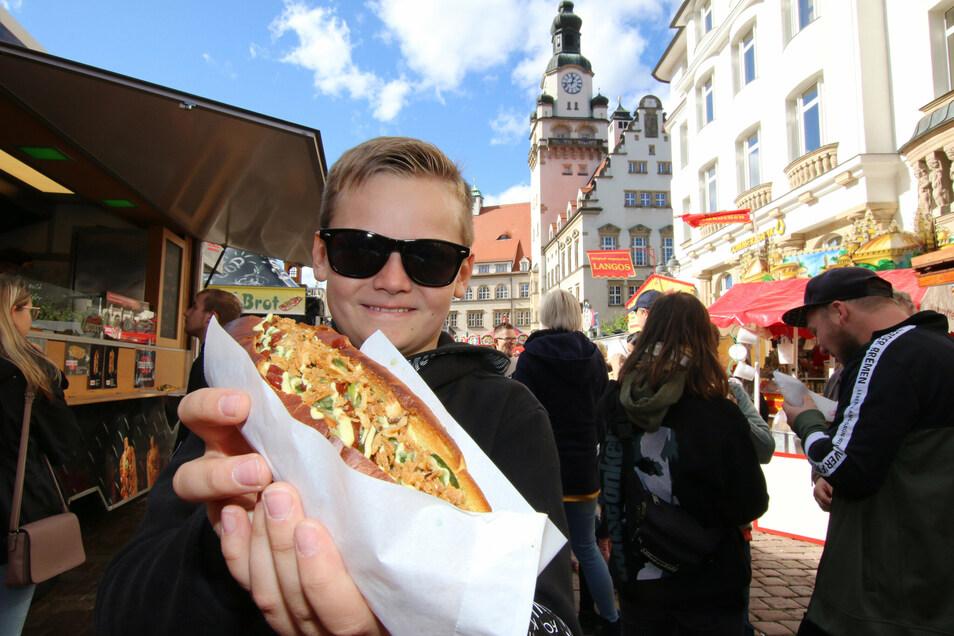 Moritz mag es traditionell und verdrückt einen Hotdog im XL-Format.