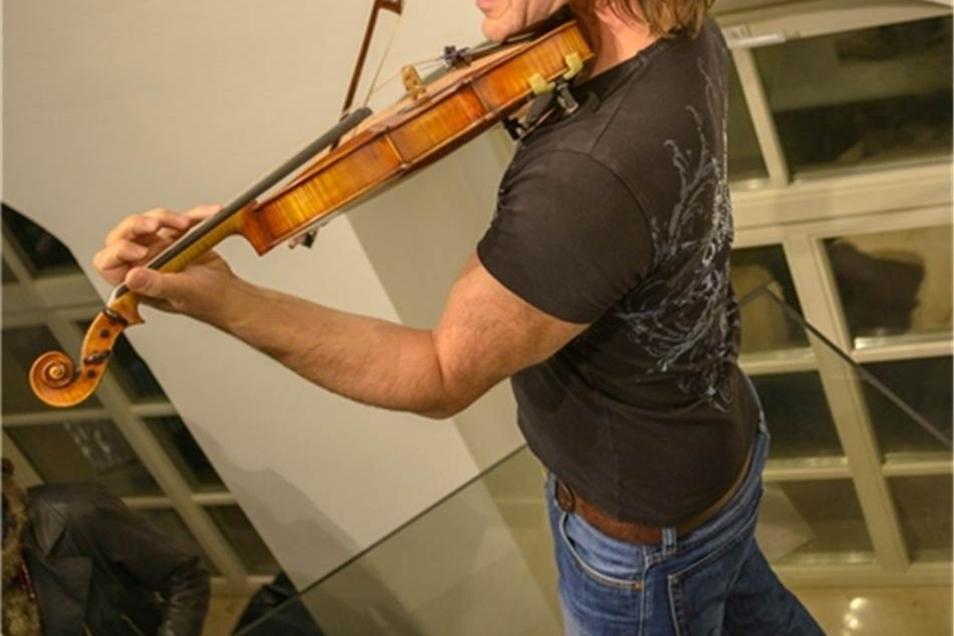 Statt Rammstein-Sound setzte Holger John auf Geigenkunst.