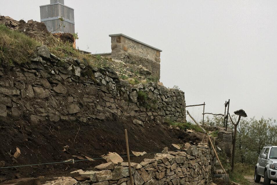 Die Bauarbeiten auf dem Gipfelplateau des höchsten Berges des Zittauer Gebirges gehen zügig voran.
